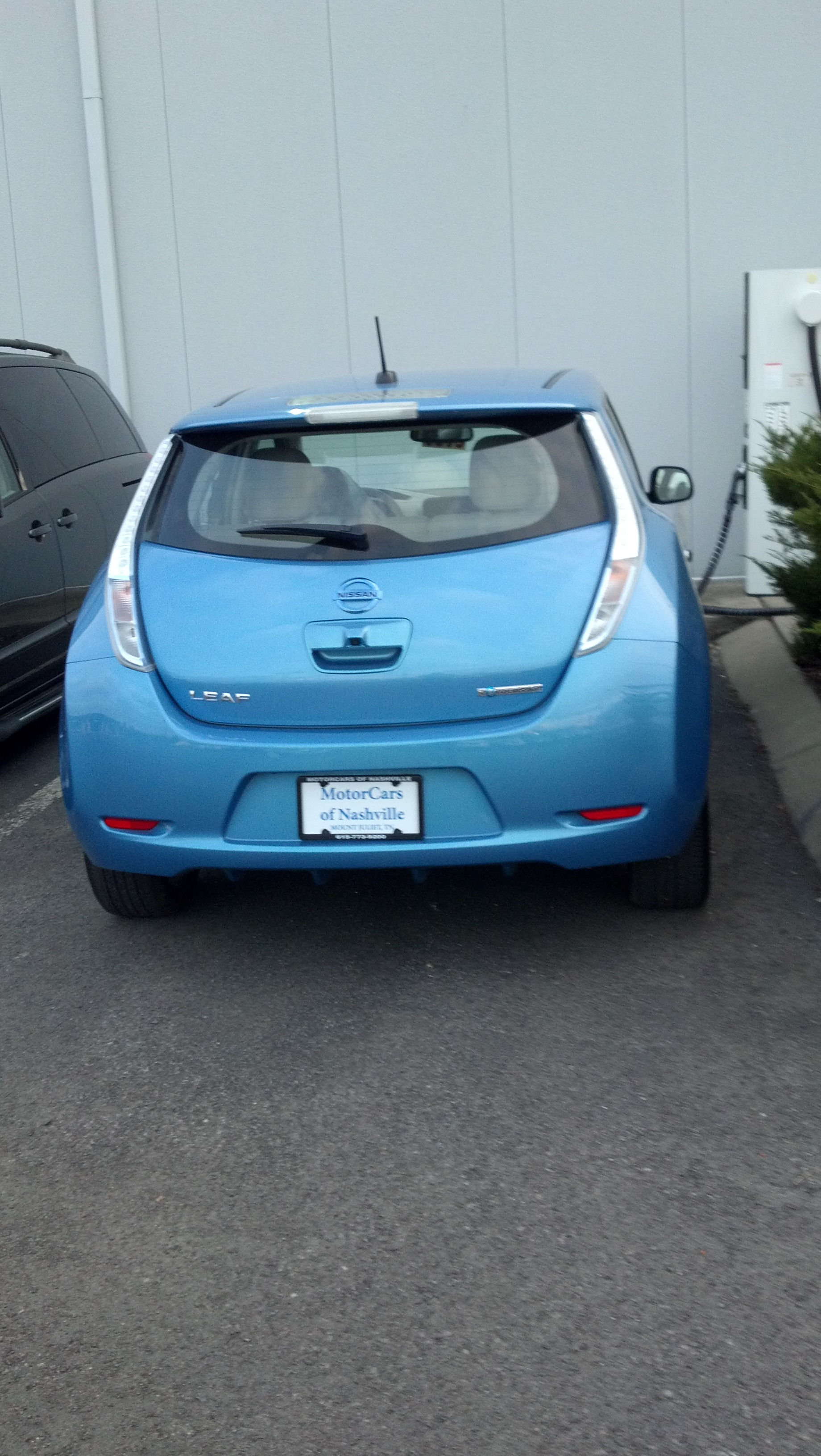 dc fast charger blocked by an ev parked overnight nissan. Black Bedroom Furniture Sets. Home Design Ideas
